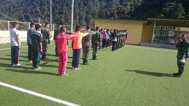 Yonif 754/Enk dan Siswa-Siswi SMA se-Timika serta Pegawai Pt. FI dalam Latihan Paskibra jelang HUT RI