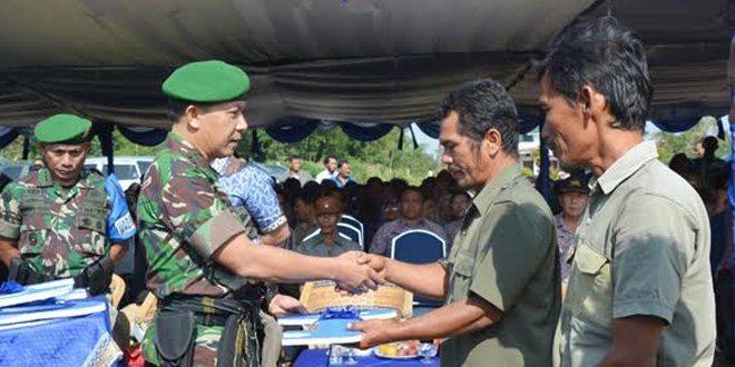 Danrem 022/PT Kolonel Arm Broto Guncahyo, S.Sos Serahkan Kunci RTLH