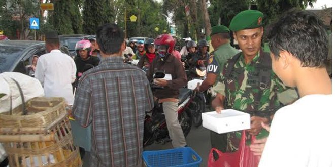 Serbuan 300 Ta'jil dan Nasi Kotak oleh Kodim Jombang untuk Buka Puasa Pengguna Jalan