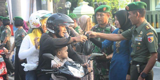 Korem 081/DSJ Berbagi Takjil Gratis untuk Masyarakat