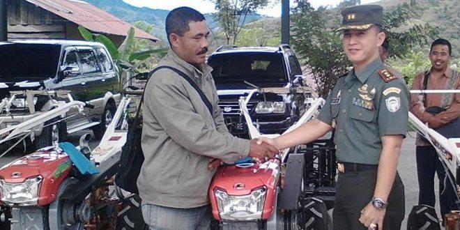 Dandim 0106/Ateng Menyerahkan Bantuan Hand Traktor