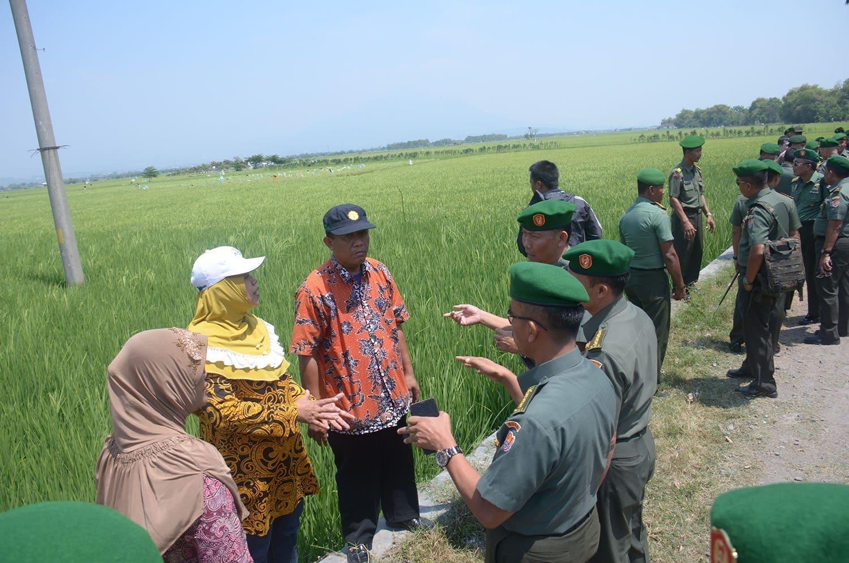 6. Tim pada saat meninjau lahan seluas 800 Ha di Desa Kupang