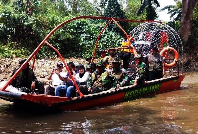 9815 airboat kodam jaya untuk transportasi ciliwung