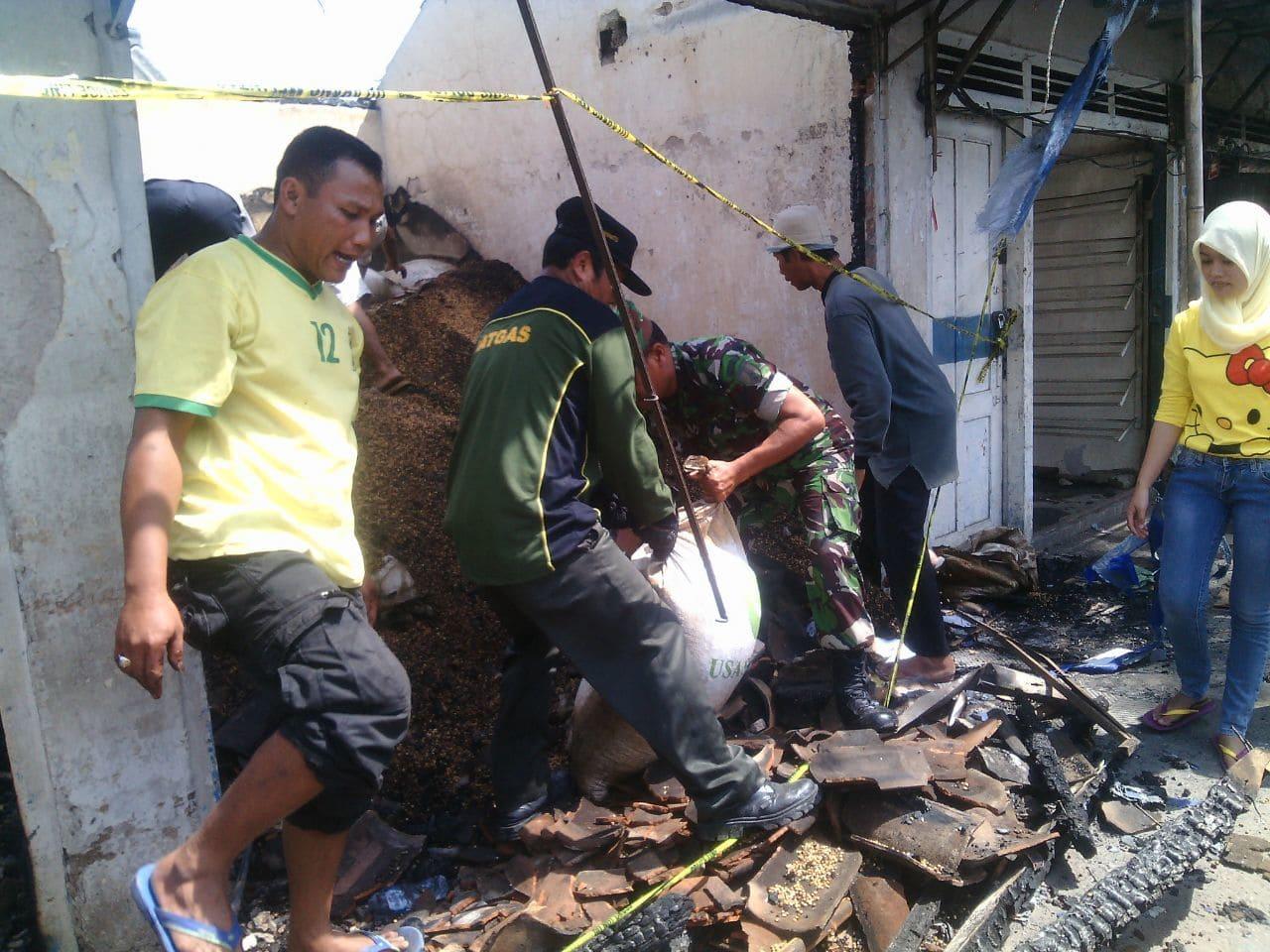 Puluhan Babinsa Koramil Widodaren Bersihkan Puing Bekas Kebakaran