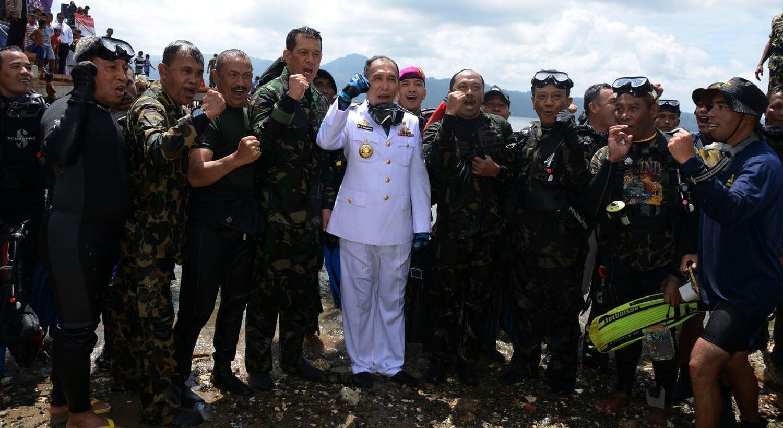 Gubernur dan Pangdam Turut Kibarkan Bendera di Bawah Laut