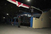 Foto-1 Babinsa Dim 0814 bantu pasang Umbul-umbul