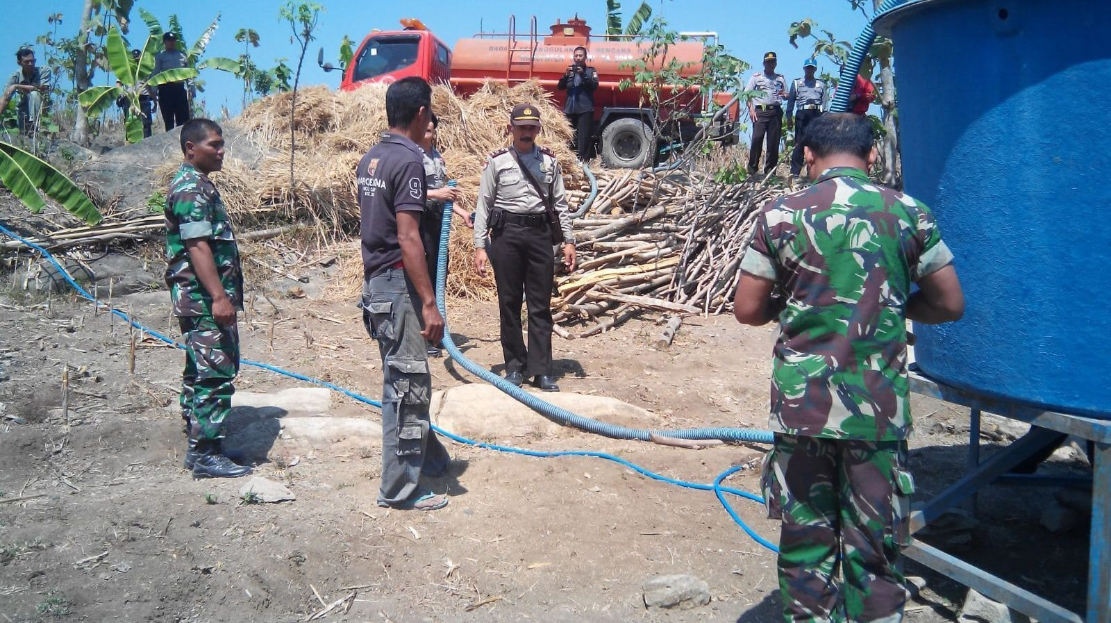 Babinsa Kodim bersama Polres Ngawi Droping Air Bersih Untuk Warga