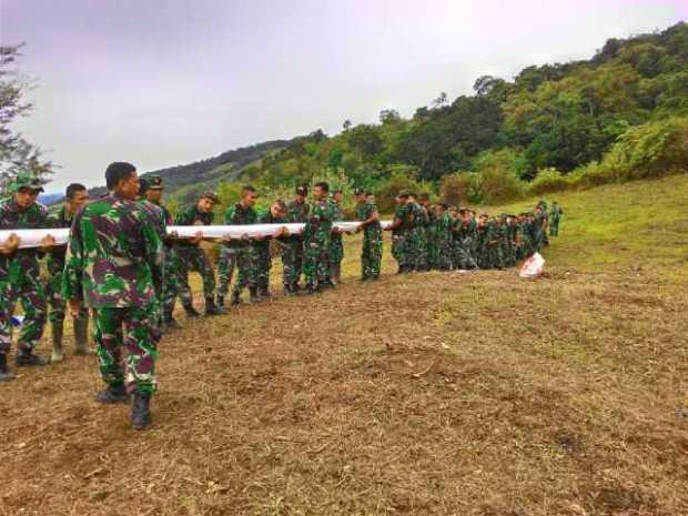 TNI Bersama Warga Mulai Bergotong Royong Membersihkan Lokasi Pengibaran Bendera Raksasa