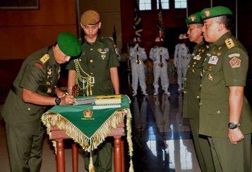 Wadan Kodiklat TNI AD serta Danpusdikzi Kodiklat TNI AD Diserah Terimakan
