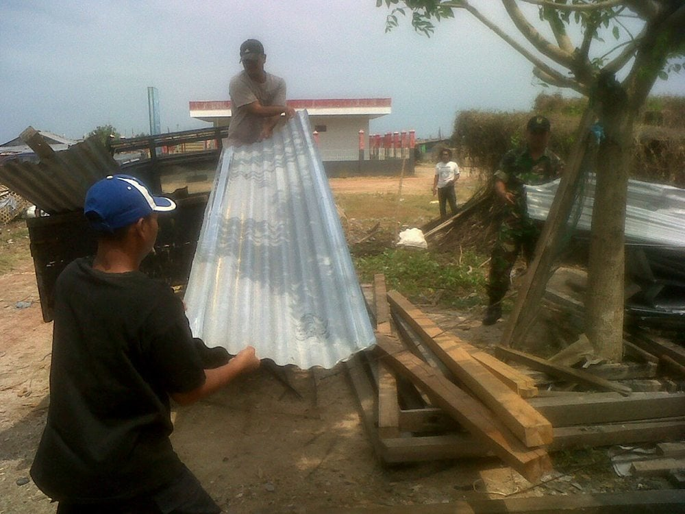 Puting Beliung Melanda, TNI Turun Tangan Membantu