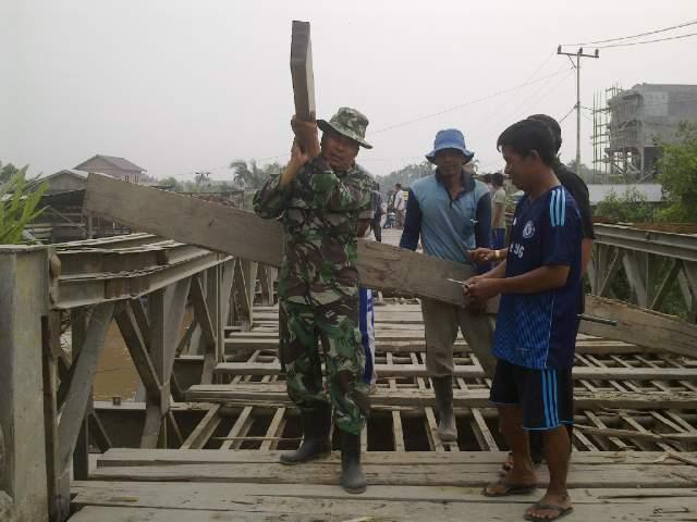 Koramil 07/Reteh Gotong Royong Perbaikan Jembatan Sungai Pengalihan