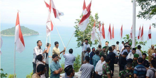 TNI dan Masyarakat Kibarkan Sang Saka Merah Putih di Gunung Grutee Aceh Jaya