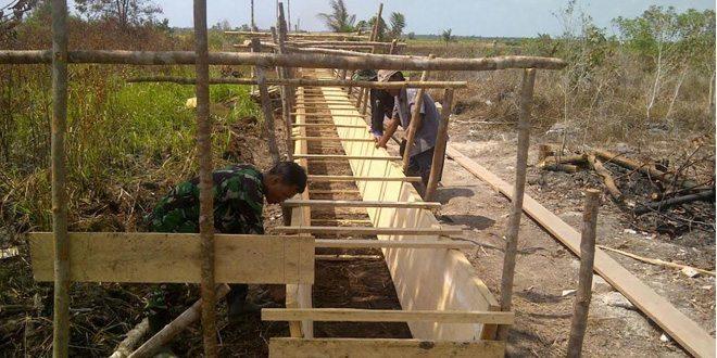 TNI Dan Masyarakat Desa Gantung, Kompak Kerjakan Irigasi