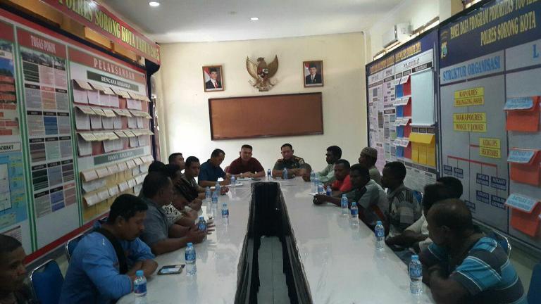 Kodim 1704/Sorong dengan Polres Sorong damaikan perselisihan masyarakat jalan Ahmad Yani dengan Suku Ambon Pelaut