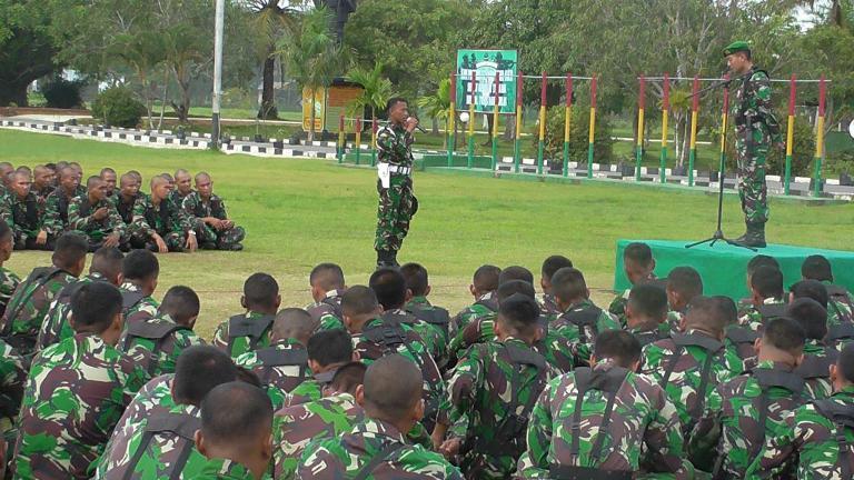Bangun Kekompakan Prajurit Yonif 752/VYS Terima Jam Komandan