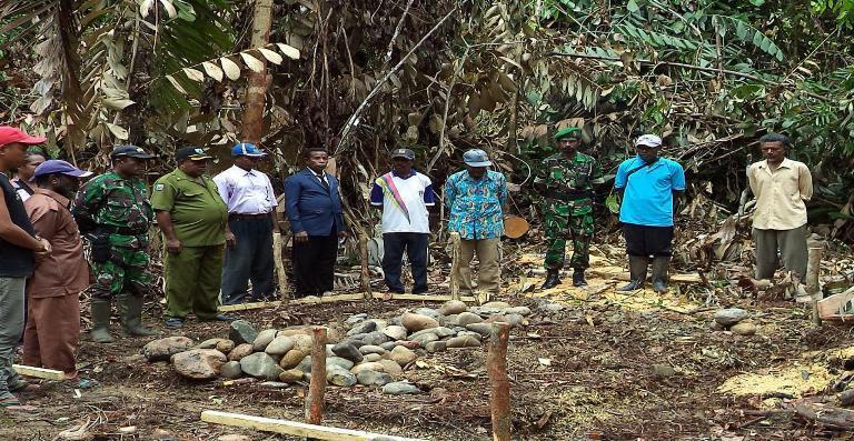 Danramil 1709-05/Wartas melaksanakan peletakan batu pertama pembangunan pasar Barapasi