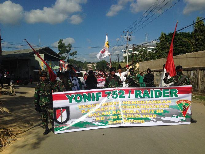 Yonif 752/VYS ikut memeriahkan karnaval pembangunan dalam rangka HUT RI Ke-70 di Kota Sorong