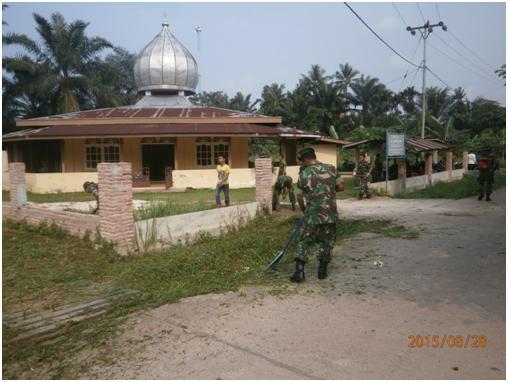 Babinsa Koramil 01/Dumai Gotong Royong Di Kelurahan Mekar Sari