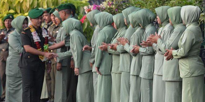 Tradisi Satuan Penyambutan Kolonel Inf Tri Winarno Calon Pejabat Danrem 044/Gapo