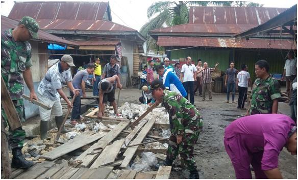 Koramil 08/Tandun Karya Bhakti Bersihkan Pasar Tradisional Di Desa Kabun