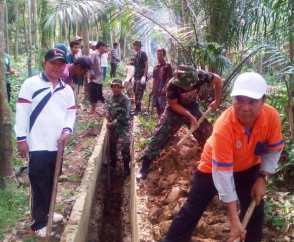 Wujud Kepedulian Korem 031/Wirabima Kepada Masyarakat, Koramil 07 Kampar Bersihkan Kampung Untuk Atasi Banjir