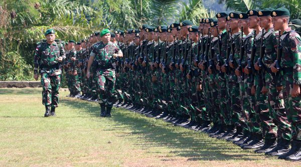 411 Pemeriksaan-Pasukan-oleh-Pangdam-Mayjen-TNI-Hinsa-Siburian 28-9-15 (3)