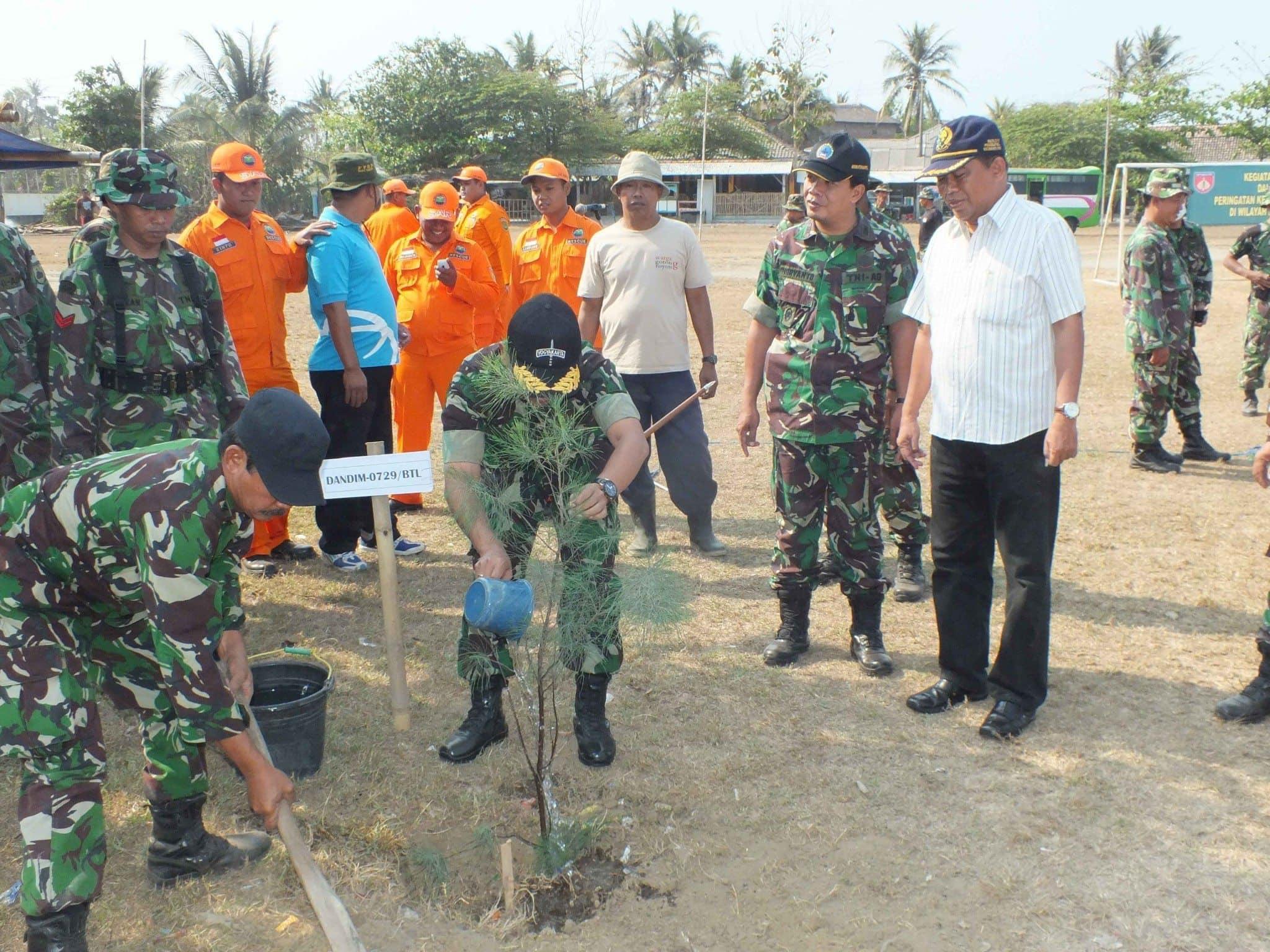 Kodim Bantul Beserta Masyarakat Tanam Pohon Cemara Udang dan Pohon Nyamplung