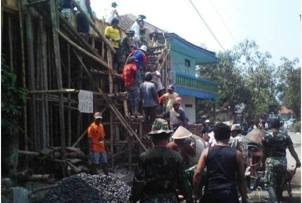 Koramil 08/Alian Bantu Pengecoran Ponpes Al Khasani di Desa Jatimulyo