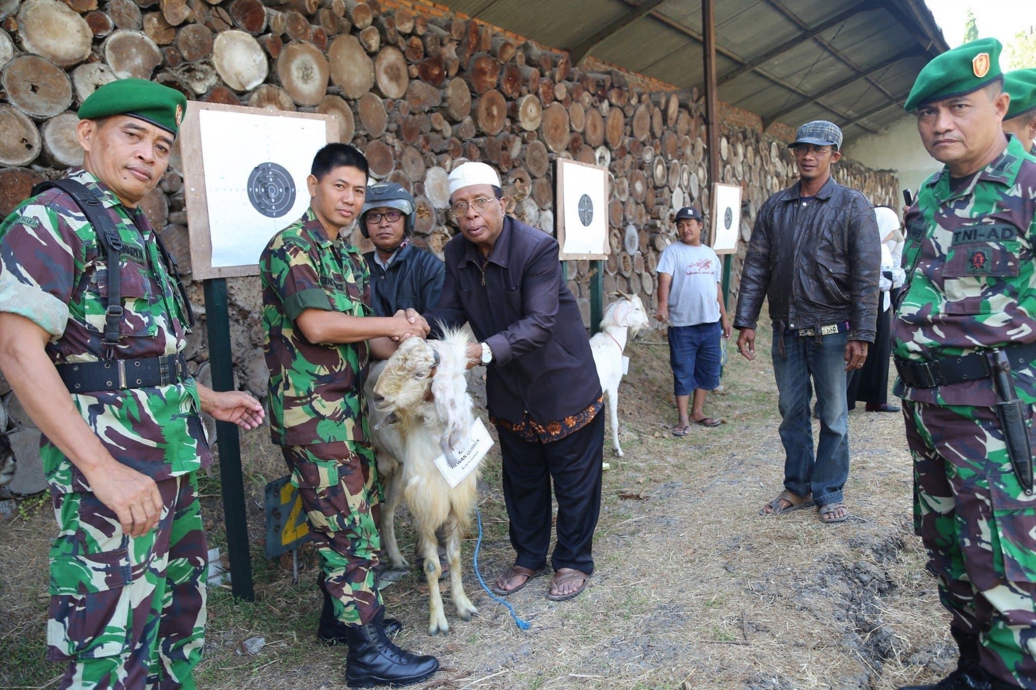 Kasrem, Pasi Ter dan Kabintal Menyerahkan hewan Kurban