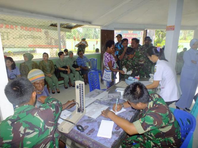 TNI Se-Garnisun Timika Gelar Pengobatan Massal