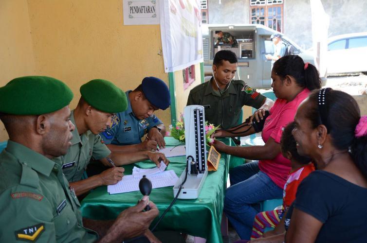 318 Orang Ikuti Pengobatan Gratis Yang Digelar TNI Di Sorong