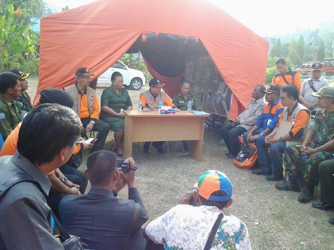 Kasdim 1704/Sorong dampingi kepala BNPB dan Wakil Gubernur papua Barat tinjau daerah terkena bencana alam gempa bumi