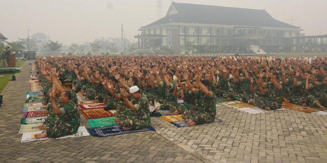 Prajurit Kodam XII/Tpr Shalat Istisqo Memohon Hujan Lebat Untuk Menghilangkan Kabut Asap