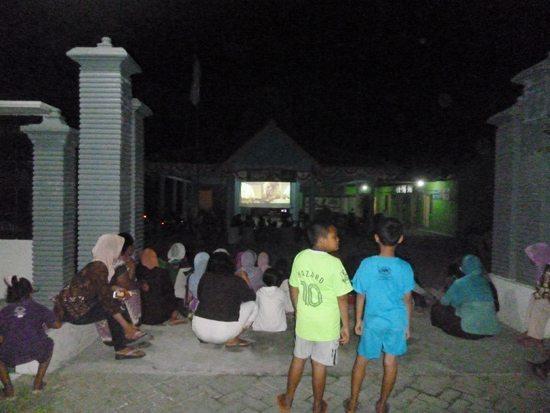 Danramil 0813-10/Kanor Bersama Masyarakat Nonton Bareng Pemutaran Film Perjuangan