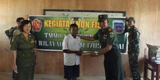 Satgas TMMD Kampung Enarotali Distrik Paniai Timur Bagikan Buku Dan Alat Tulis Kepada Anak Sekolah