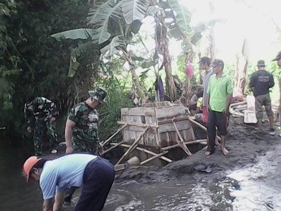 Koramil 0809-07/Ngadiluwih Bersama Masyarakat Membangun Jembatan Penghubung Dsn. Krajan Dan Dsn. Budi Mulyo