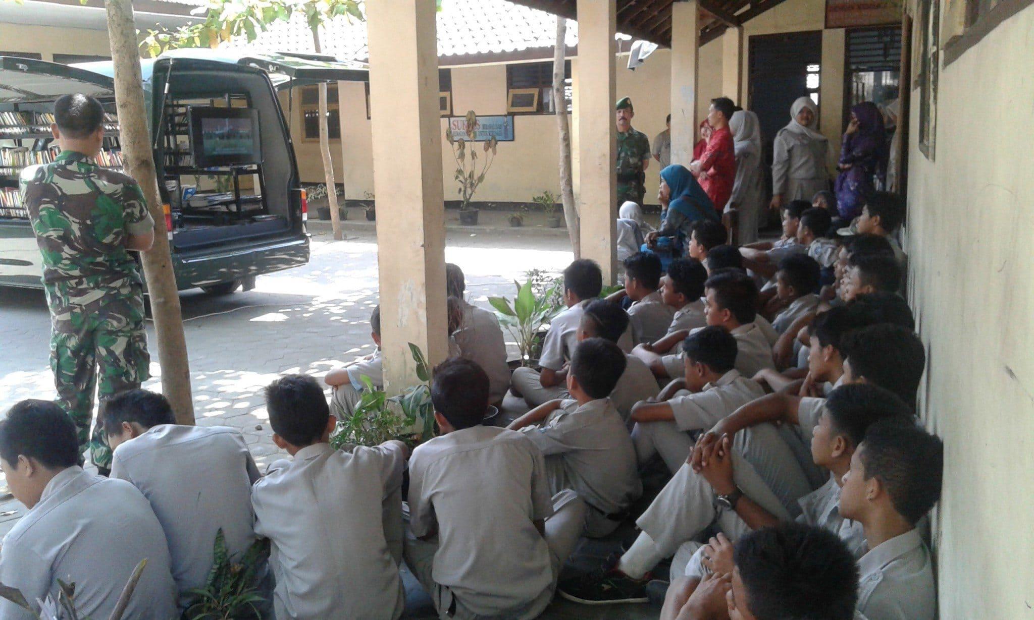 Mobil Penerangan & Perpustakaan Keliling Kodim 0705/Magelang Sambangi SMP Purnama Tempuran