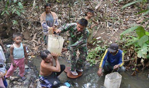 Babinsa Bantu Masyarakat Mendapatkan Air Bersih