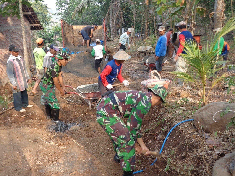 Koramil 0814-13/Bareng Membangun Jalan Warga Ngapungan Jelang Memperingati HUT ke-70 TNI