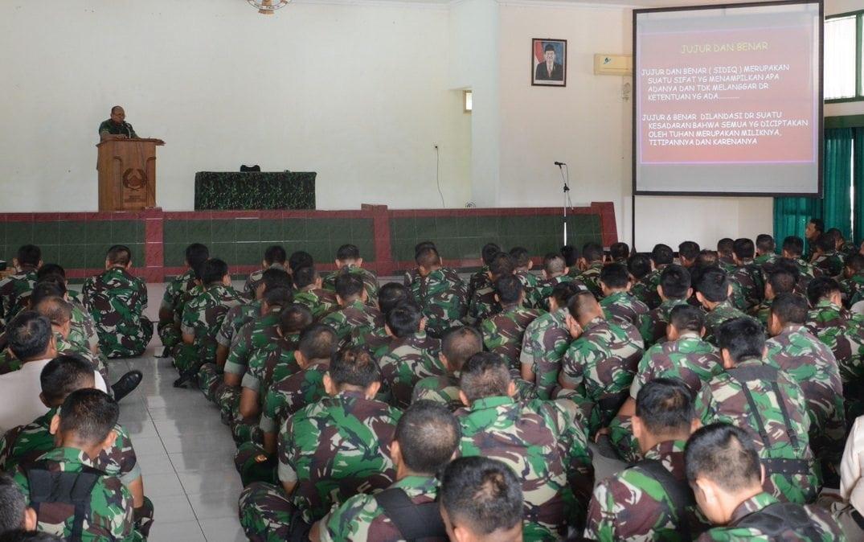 Prajurit Dan PNS Makorem 063/Sgj Dan Dinas Jawatan Menerima Jam Komandan