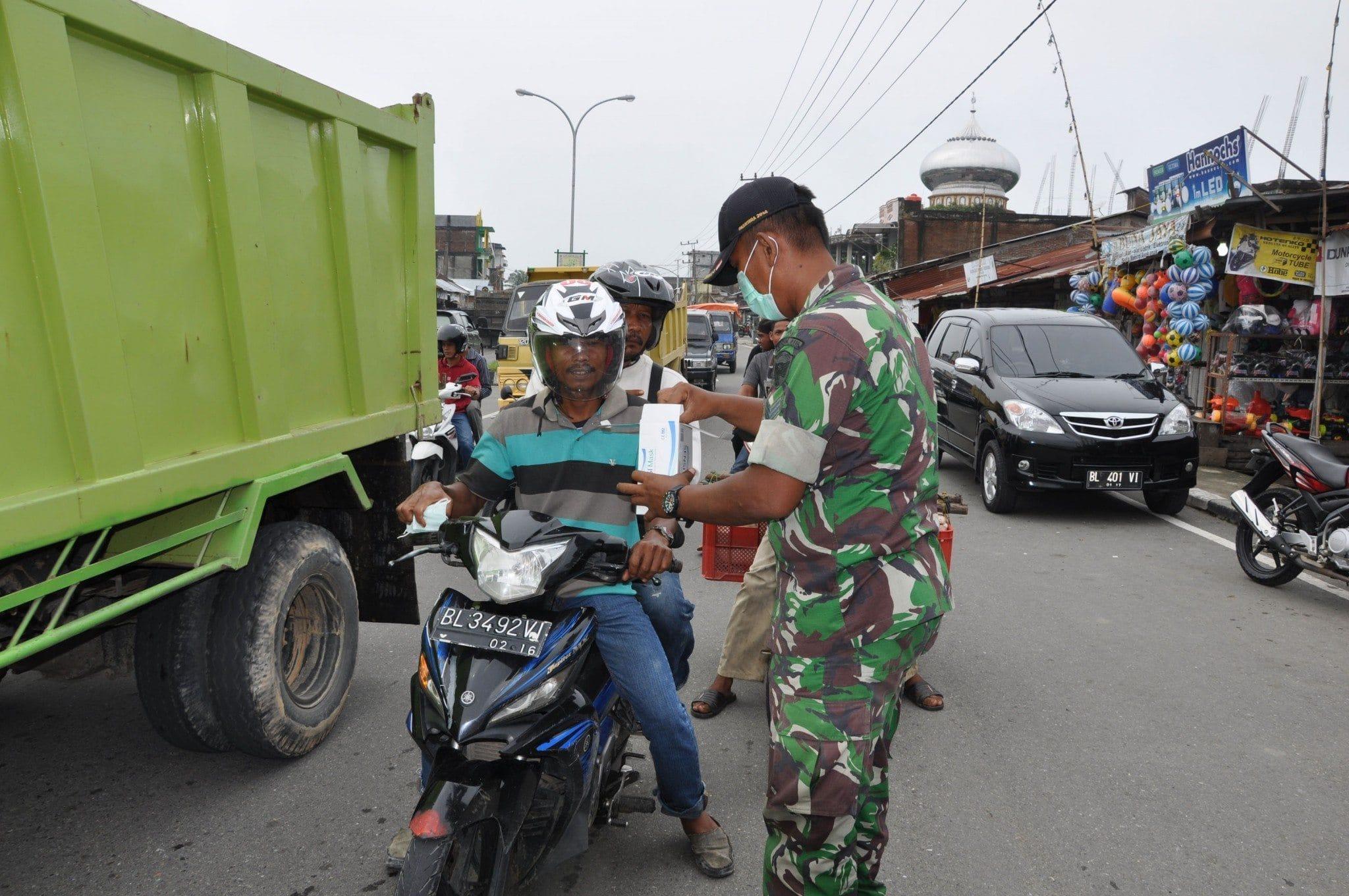 291015 Kabut Asap Di Nagan Raya, TNI Bagikan 1000 Masker Gratis 1
