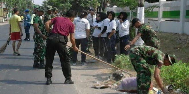 TNI Karya Bhakti Bersihkan Jalan di Pelabuhan Kamal Madura