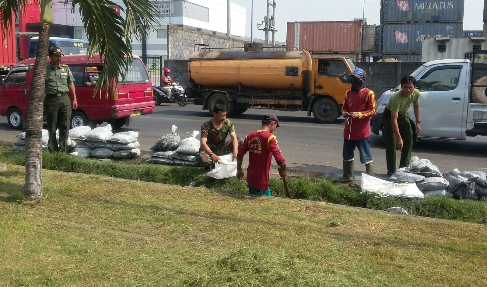Normalisasi Aliran Air, Anggota Kodim SU dan Warga Bersihkan Selokan Jalan