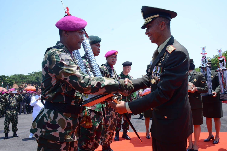 6. Upacara HUT TNI Ke 70 di Surabaya