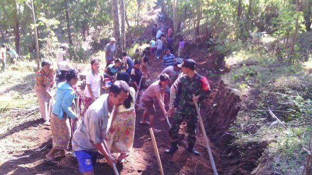 Babinsa Koramil 1606-02/Tanjung dan Masyarakat Buka Jalan Desa