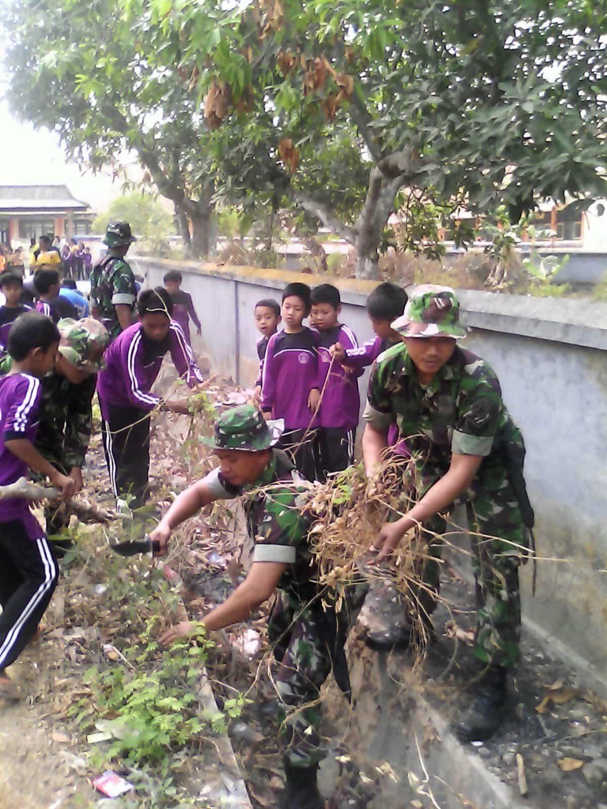 Koramil Bersama Pelajar SDN 2 Gelar bersih-bersih jalanan di Kokop Bangkalan