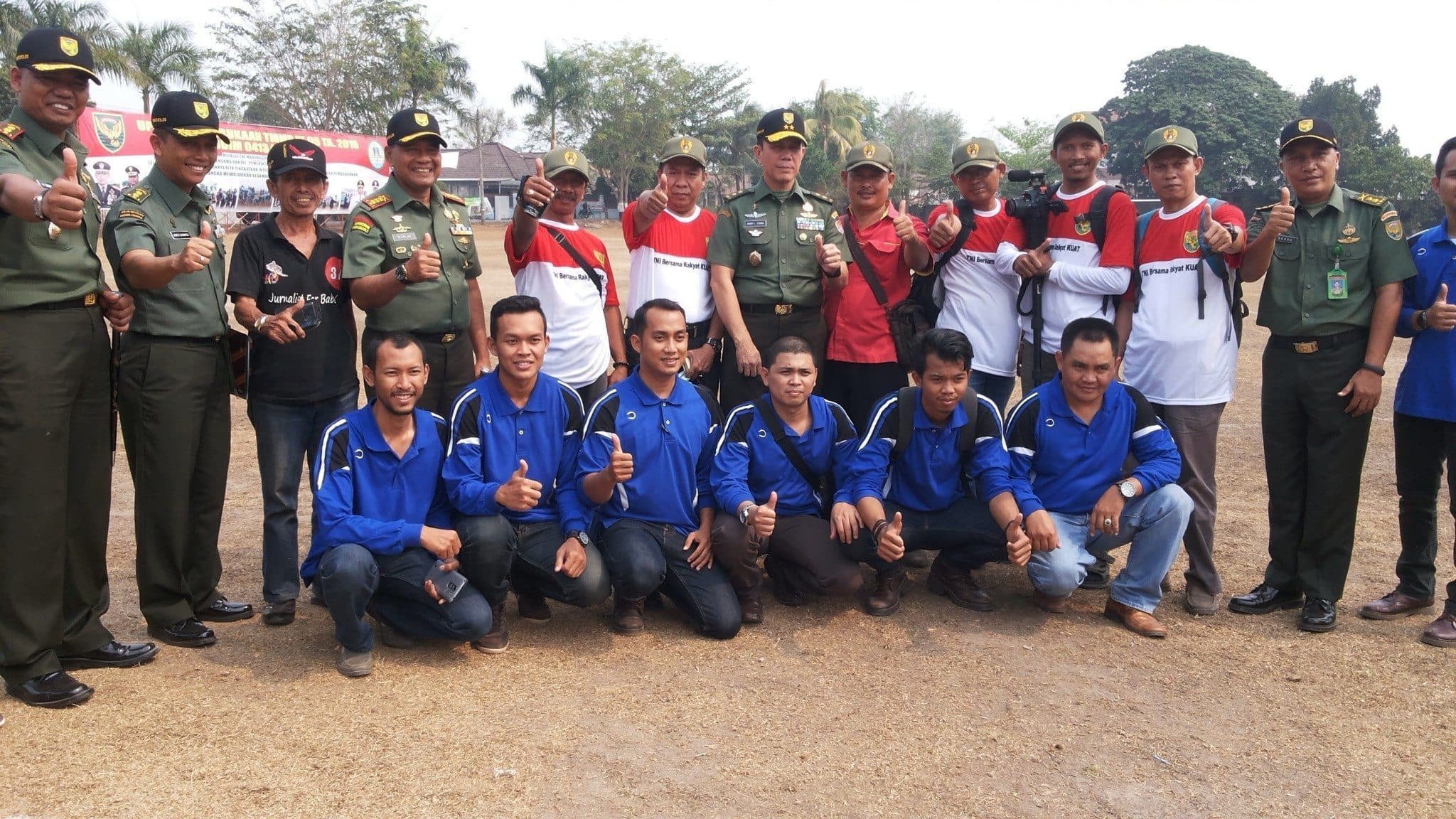 Asops Kasad Mayjen TNI Johny L Tobing bersama Danrem 045 Gaya dan Dandim 0413 Bangka foto bersama para wartawan.