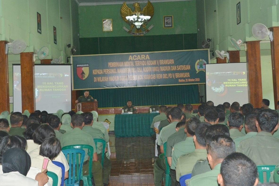 350 Anggota TNI, PNS dan Persit Korem 081/DSJ Menerima Penyuluhan Bintal Terpadu TA. 2015