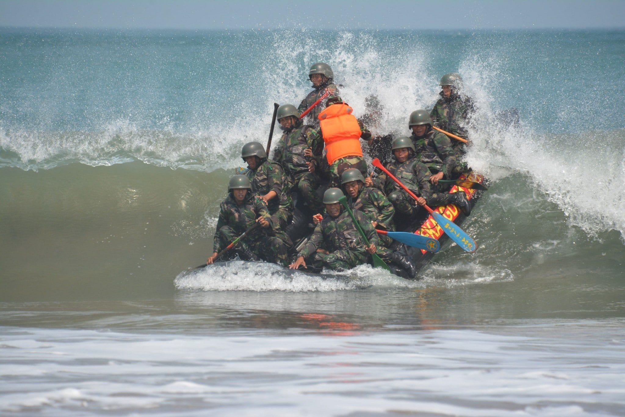 Peserta Latihan Pembentukan Raider Yonif 321 Kostrad Melaksanakan Pancangan Kaki Pantai