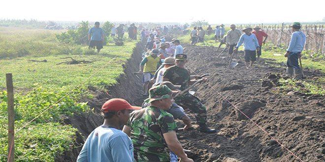 Kodim Blitar Bersama Masyarakat Gotong Royong Bangun Irigasi di Gembongan